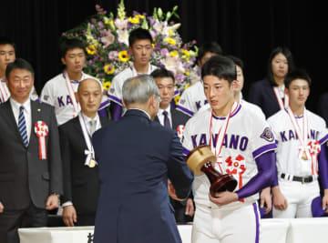 金足農高野球部に秋田県民栄誉章が授与され、県議会からの記念品を受け取る吉田輝星投手=28日午後、秋田市