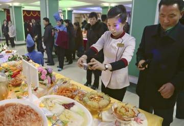 平壌で始まった「全国キムチ展示会」に訪れた人ら=28日(共同)