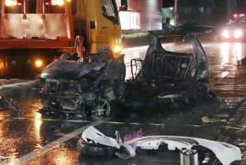 徳島県阿波市の県道で炎上した車=28日午後8時15分