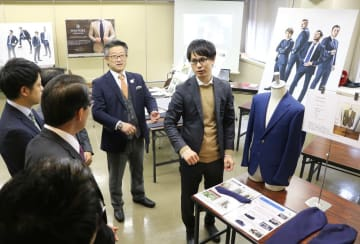 WESTORYの魅力やこだわりを説明する前田社長(右から2人目)ら=長崎市、長崎商工会館
