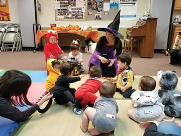 みんな仮装してハロウィーンを満喫。仁子さんは魔女の格好で登場