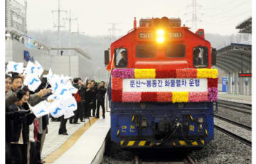 2 Koreas launch cross-border cargo train service
