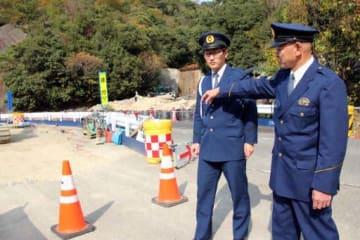 藤岡警視の車を発見した蚊無峠の現場で、当時を振り返る好沢課長(右)と行広巡査長(東広島市安芸津町)