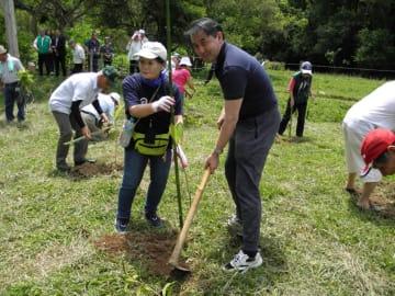 植樹をする野口総領事