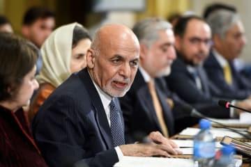 28日、スイス・ジュネーブで開かれたアフガニスタン支援国の会合で演説するガニ大統領(AP=共同)