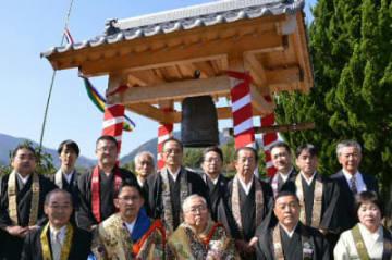 鐘の設置を喜ぶ寺関係者や門徒ら=由布市湯布院町下湯平