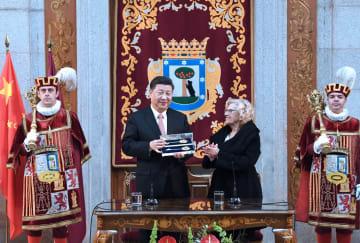 習近平主席、マドリード市から「金の鍵」贈呈受ける