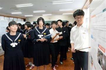県立宇土中・高で、中学生に課題研究の内容を説明する高校生(右)=宇土市