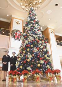 宿泊客を出迎える登別グランドホテルのクリスマスツリー