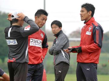練習後にチームメートやスタッフと談笑するDF園田拓也(右)=県民総合運動公園