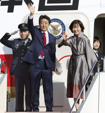 アルゼンチンへ向けて、羽田空港を出発する安倍首相と昭恵夫人=29日午前