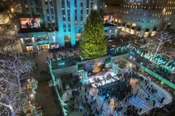 28日、米ニューヨークのロックフェラーセンターで行われた、巨大クリスマスツリーの点灯式(AP=共同)