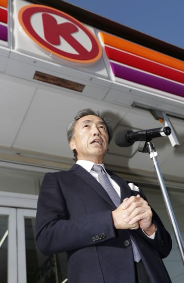 サークルK、サンクスとの統合完了を前に、記者会見するファミリーマートの沢田貴司社長=29日午前、愛知県一宮市のサークルK尾西開明店