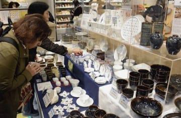 天草地域4窯元の作品を展示販売しているフェア=28日、東京・銀座