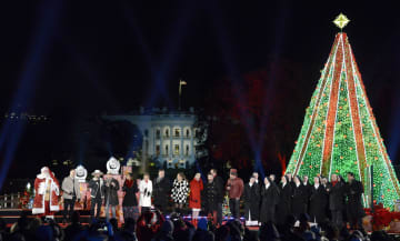 28日、米ホワイトハウス南側広場で行われた大クリスマスツリーの点灯式(UPI=共同)