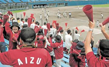 今夏の高校野球福島大会2回戦、会津-会津学鳳。地元での試合とあって、スタンドでは大勢の保護者らが声援を送った