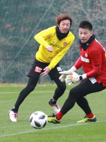 自身初のJ1全試合出場に向け、28日の練習で意欲的なプレーを見せる石原(左)。右はGK関=仙台市の紫山サッカー場