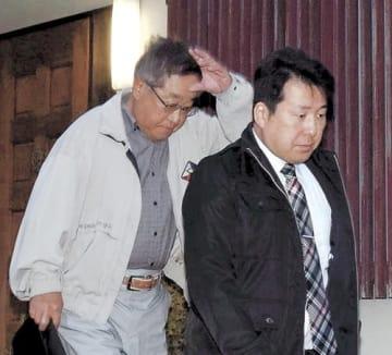 仙台市の神社仙台連絡所から連行される奥海容疑者(左)=12日午前6時10分ごろ、青葉区旭ケ丘2丁目