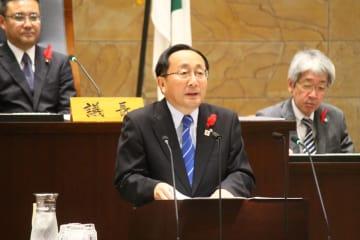 来年6月の青森県知事選への立候補を表明する三村氏(中央)