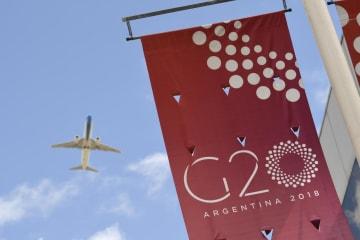 28日、ブエノスアイレス市内に掲げられたG20首脳会合のバナー(AP=共同)