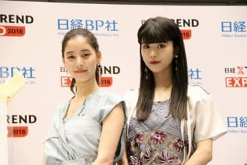 「ヒットメーカー・オブ・ザ・イヤー2018」の表彰式に登場した新木優子さん(左)と馬場ふみかさん