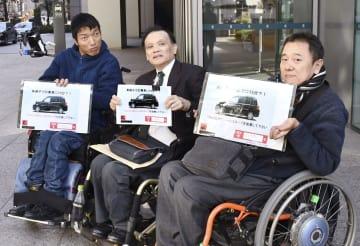 トヨタ自動車への署名提出前に取材に応じる中村仁さん(中央)ら=29日午後、名古屋市