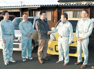 軽乗用車の返却後、握手を交わす吉沢代表理事(中央)と原田局長(右から2人目)ら