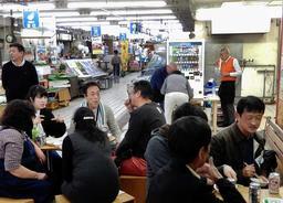 営業終了直前の市場で始まった「ミナイチよるミナイチ」=11日、神戸市兵庫区荒田町1