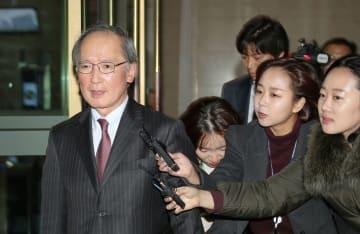 韓国外務省を出る長嶺安政駐韓国大使(左)=29日、ソウル(聯合=共同)