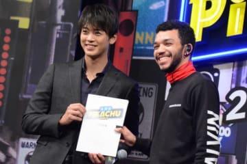 日本語版声優に決定した竹内涼真(左)と主人公ティム役のジャスティス・スミス