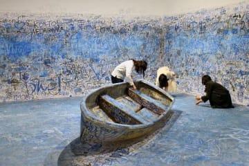 オノ・ヨーコのインスタレーションに参加する人々=森美術館