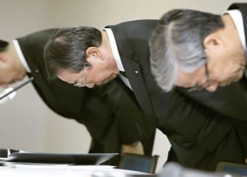 品質データの改ざんを巡る問題で謝罪するクボタの木股昌俊社長(左)ら=29日午後、大阪市