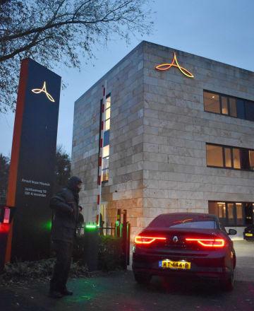 早朝に日産自動車、三菱自動車、ルノー3社の統括会社に入る、関係者を乗せたとみられる車両=29日、アムステルダム(共同)