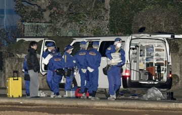 女性が刺された現場付近を調べる千葉県警の捜査員=30日午前1時8分、千葉県船橋市