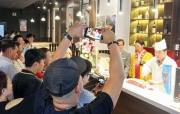 滋賀食肉加工協同組合は「近江牛」のPRイベントを開催した=29日、ホーチミン市