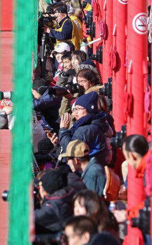 宮の沢白い恋人サッカー場での練習の見学に詰めかけた大勢のサポーター=29日(玉田順一撮影)