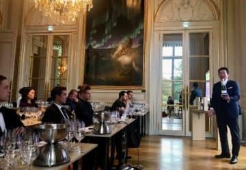 フランスで開いた試飲会でawa酒をPRする永井理事長(右)