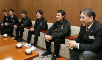 大分合同新聞社を訪れた(右から)榎社長、片野坂監督、星、松本の両選手ら=29日、大分市