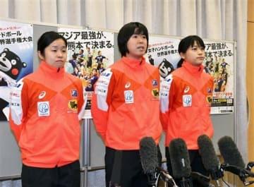 アジア選手権に向けて意気込みを語る日本代表の永田しおり副主将(中央)らオムロンの3選手。左は勝連智恵選手、右は石井優花選手=29日、熊本市中央区