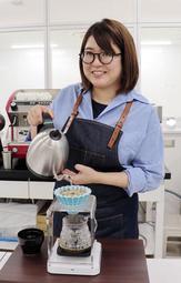 コーヒー抽出の世界大会に向け練習を重ねる中井千香子さん=神戸市中央区港島中町7、UCC上島珈琲