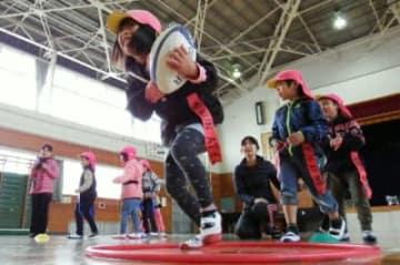 ボールを持って走る園児=竹田市会々
