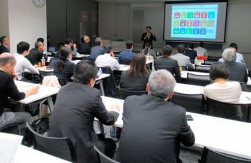 【SDGsについて講演する横田浩一代表取締役=名古屋市中村区名駅のミッドランドホールで】