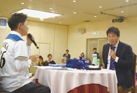 福士会長とフリートークを行う藤岡選手(右)