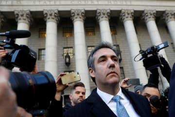裁判所を出るトランプ大統領の元顧問弁護士コーエン被告=29日、ニューヨーク(ロイター=共同)