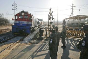 30日、鉄道施設の調査のため韓国側から北朝鮮側に向かう韓国代表団を乗せた列車(共同)