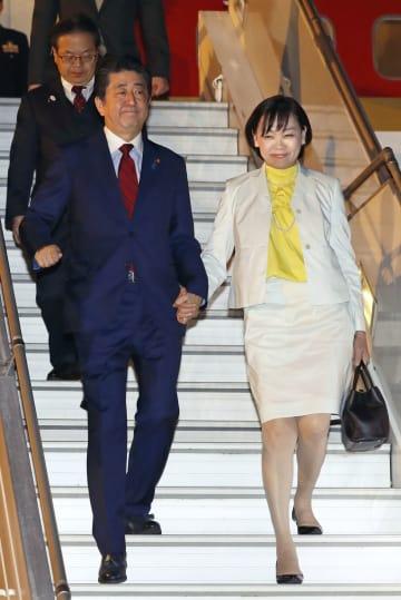 G20出席のためブエノスアイレスに到着した安倍首相と昭恵夫人=29日(共同)