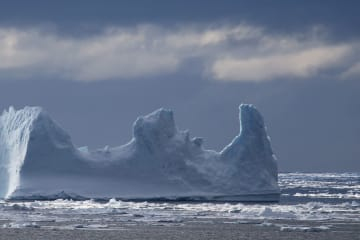 美しい南極海の氷山