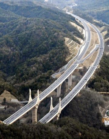 一部区間が6車線に拡大される新名神高速道路=滋賀県栗東市