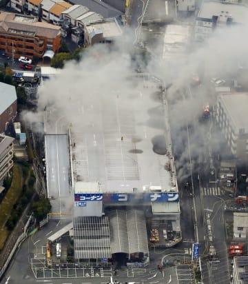 火災が発生したホームセンター「コーナン」千里山田店=28日、大阪府吹田市