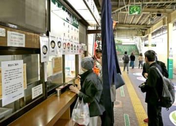 閉店を翌日に控え大勢の人が訪れた立ち食いそば店「新潟庵 1号ホーム店」=29日、JR新潟駅